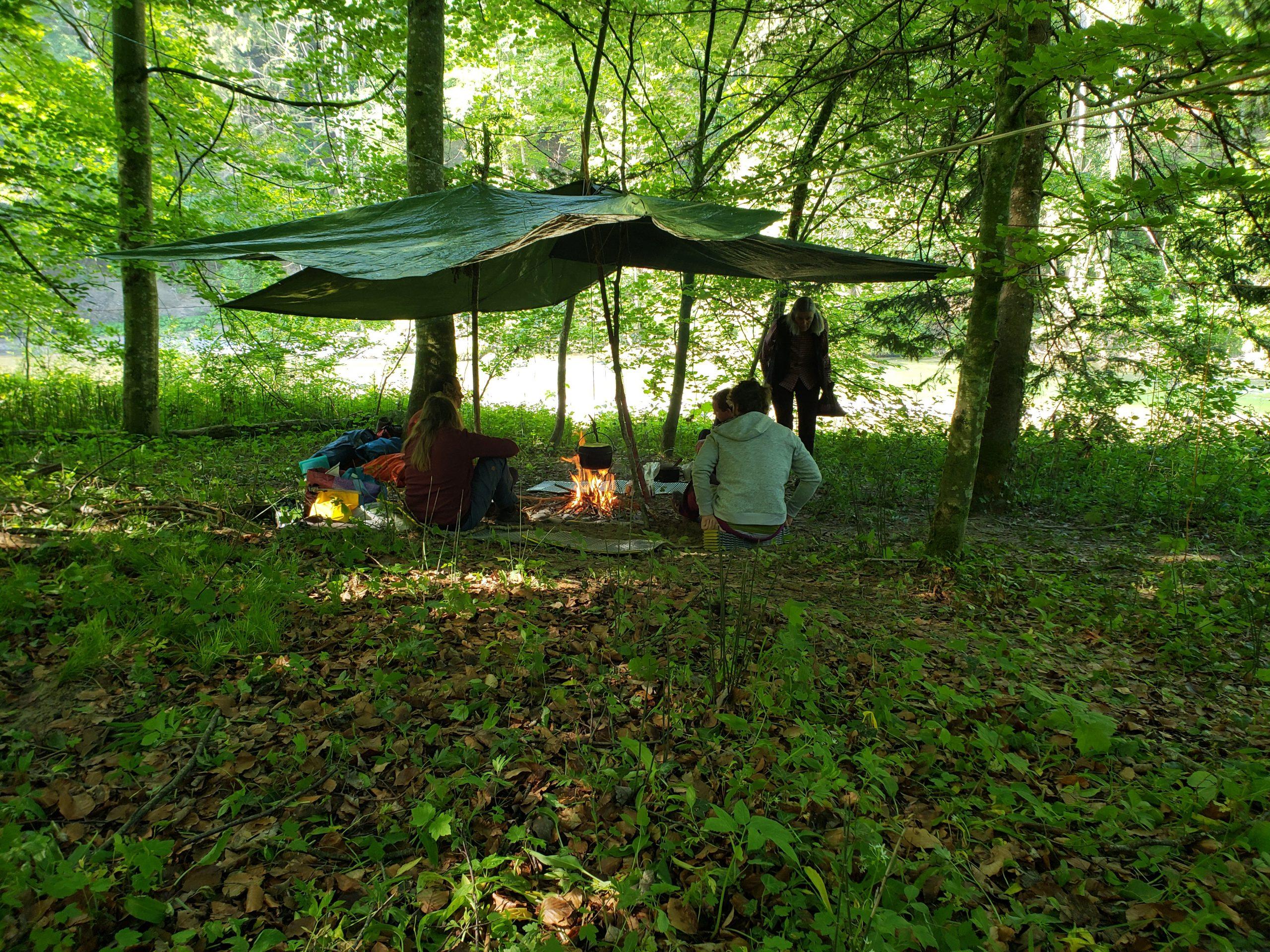 Outdoorcamp mit Lagerfeuer