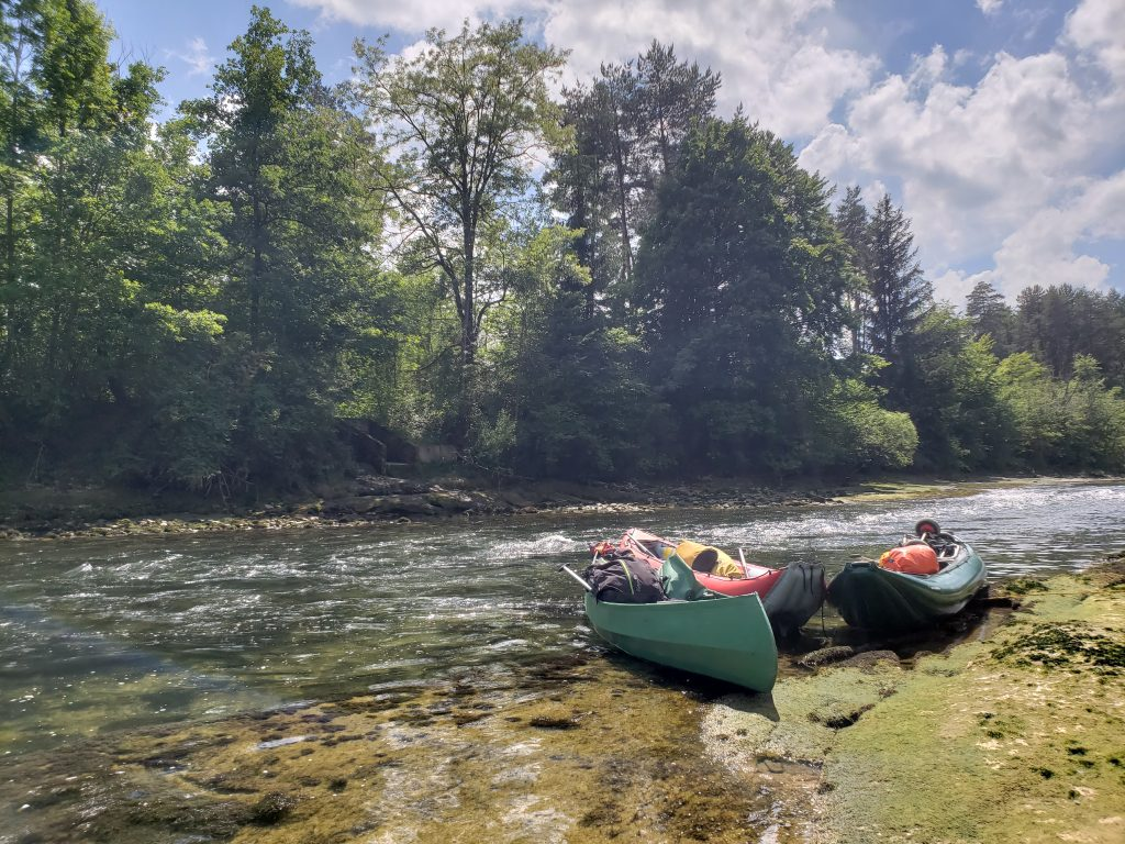 Bepackte Kanus am Flussufer