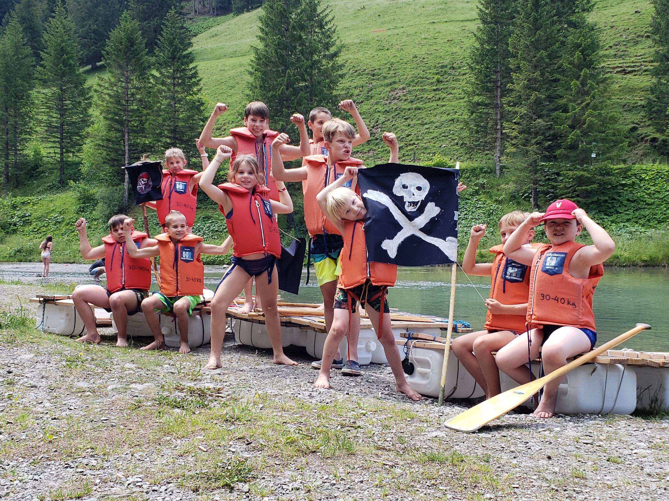 Kinder Piratencrew mit Flossen